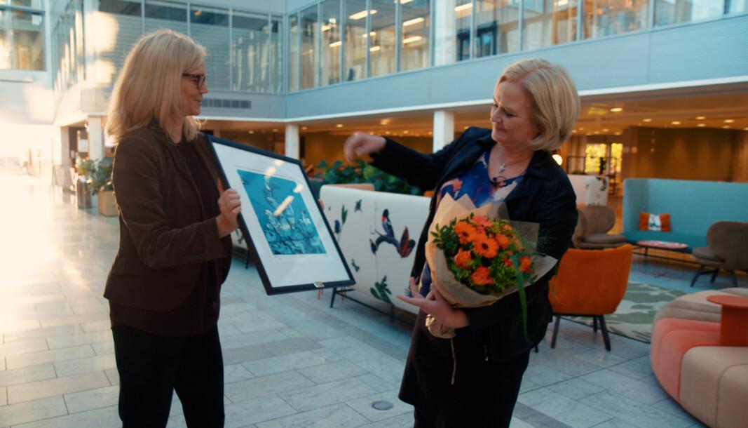 Nina Melsom, direktør for Arbeidsliv i NHO, overrekker Akan-prisen 2020 til konserndirektør for HR og HMS i Hydro, Hilde Vestheim Nordh.