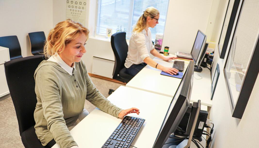 Helsesykepleier Mette Berget (nærmest) og ergoterapeut Linda Grønnerud er klare til å spore smittetråder blant Kongsvingers befolkning. Teamet holder til i Kongsvinger sentrum.