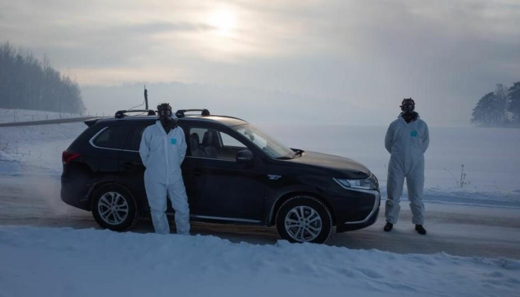Felix Piel og Alexander Håland kastet seg i den spesialbygde bilen for å analysere lufta nær brannen i Sverige.