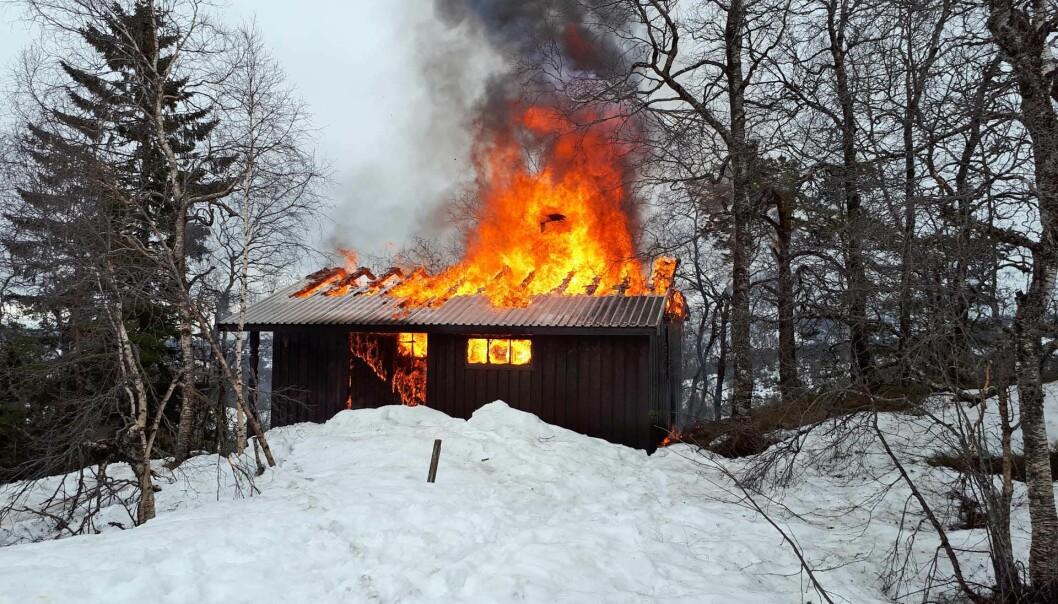 Skal du leie en hytte bør du gjøre deg kjent med rømningsveier, hvor slokkeutstyret er, og at det finnes fungerende røykvarsler og eventuelt gassvarsler.