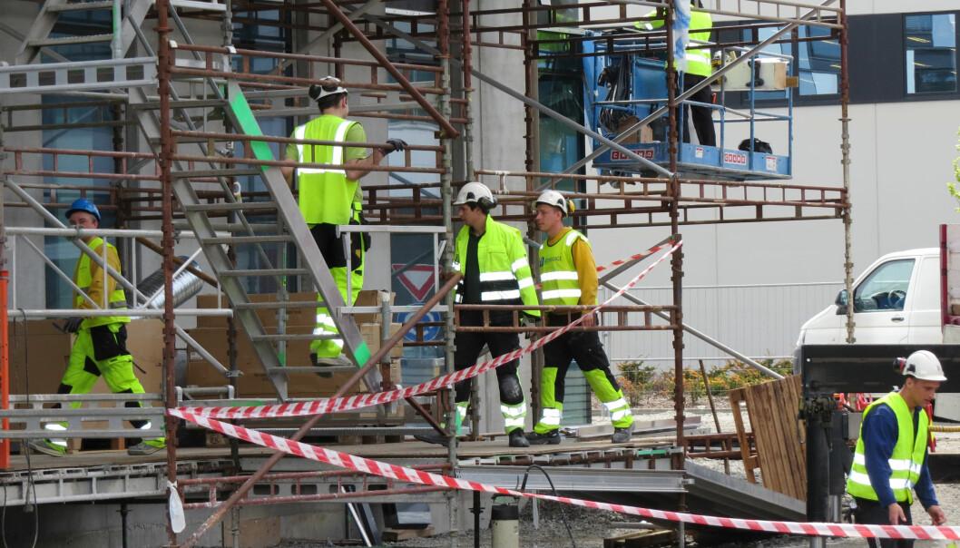En ny studie viser at den totale mengden med stående arbeid hos byggearbeidere har en sammenheng med smerter i hofte, knær, ankler og føtter.