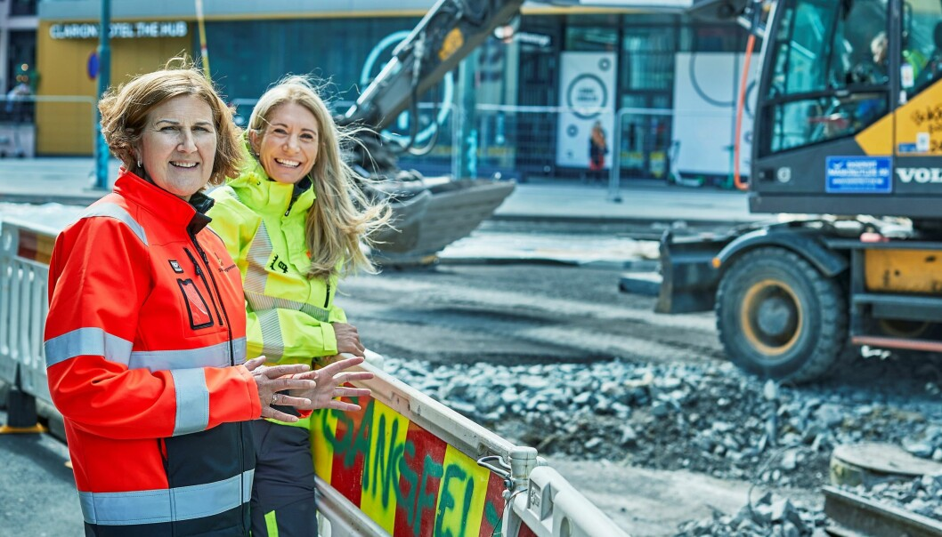 Veidirektør Ingrid Dahl Hovland i Statens vegvesen (t.v.) og direktør i Maskinentreprenørenes Forbund, Julie Brodtkorb, ber bilistene ta hensyn til de som jobber ute på veien.