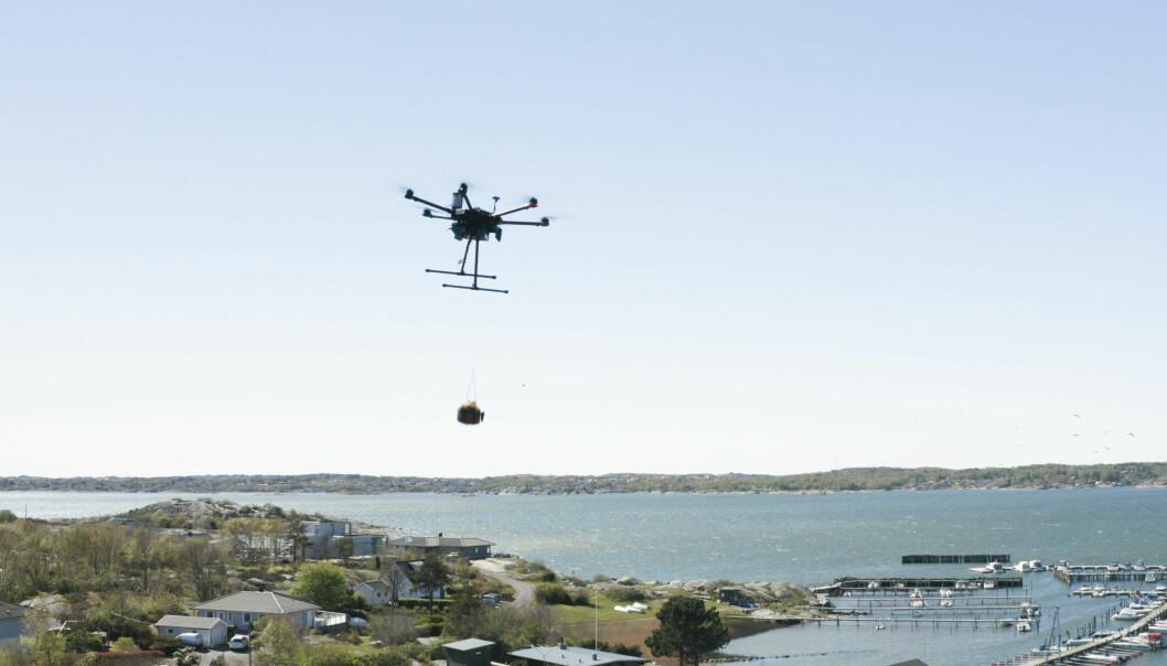 Drone i luften med hjertestarter.