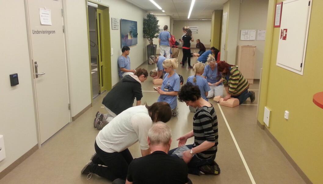 Bildet er hentet fra et førstehjelpskurs for sykepleiere på Fyllingsdalen sykehjem i Bergen.