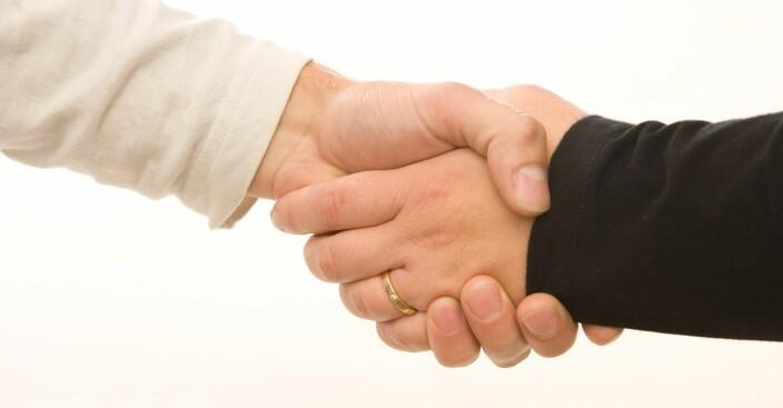 Mange kvier seg fortsatt for å håndhilse
